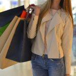 買い物バッグを持った女性