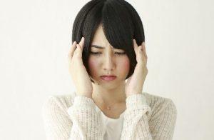 頭痛に悩む