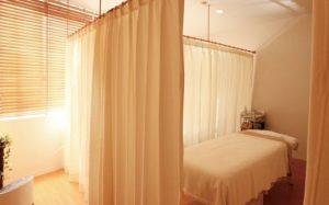 カーテンで仕切られた産婦人科の病室