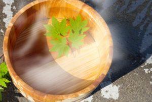 温泉に置いてある木の素材で出来た風呂桶