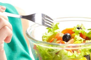 サラダを食べようとする女性