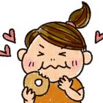 ドーナツを食べて喜ぶ女性