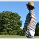 公園で散歩する妊婦さん