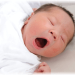 あくびをしている新生児