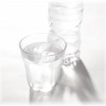 ペットボトルとコップの水