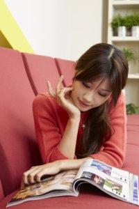 横になりながら雑誌を読む