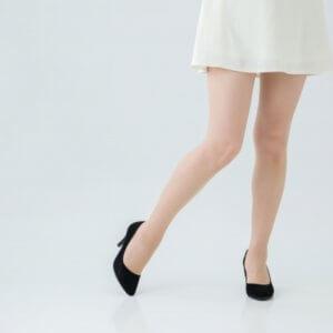 足が細く痩せすぎている女性